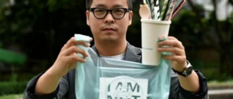 Biólogo indonésio inventou sacolas que caem no mar e se transformam em comida de peixe